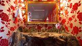 """Händewaschen in einem Felsbecken: Detail aus dem Zimmer 155 mit der Bezeichnung """"Hearts and Flowers""""."""