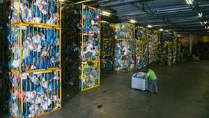 In Deutschland werden pro Jahr eine Million Tonnen Altkleider aus etwa 120.000 Containern gesammelt. In Bitterfeld allein werden 70.000 Tonnen davon verarbeitet.