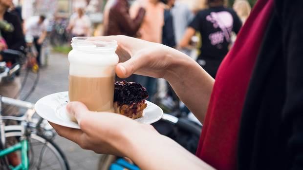 Kaffee aus Marmeladengläsern, Geschirr vom Flohmarkt.