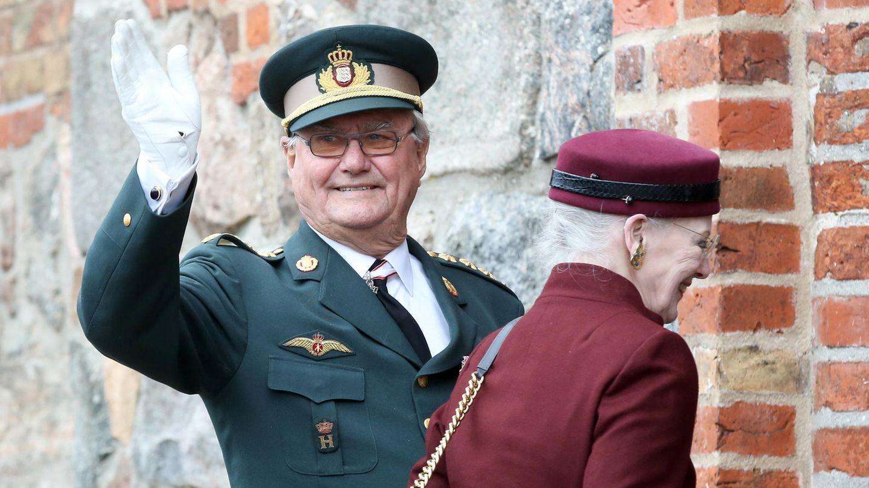 Prinz Henrik, Mann der dänischen Königin Margrethe, winkt