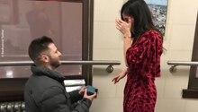 Ein außergewöhnliche Liebesgeschichte: Ein Mann macht kniend einer Frau einen Heiratsantrag