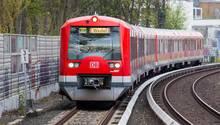 Kostenloser öffentlicher Nahverkehr in Hamburg? Eine S-Bahn des HVV auf dem Weg nach Wedel