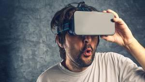 Ein Mann guckt durch eine VR-Brille. Das werde wohl nicht viele am Valentinstag machen