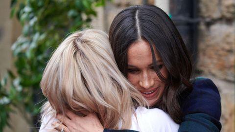 """Meghan Markle umarmt Frau beim Besuch von """"Social Bite"""""""