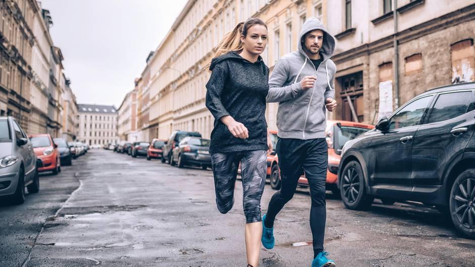 Frau und mann gemeinsam beim Laufen