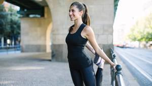 junge Frau macht Strechübung