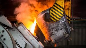 Gold, Silber und andere Edelmetalle werden im Aurubis-Werk Hamburg aus dem Anodenschlamm gewonnen, der bei der Kupfergewinnung übrig bleibt.