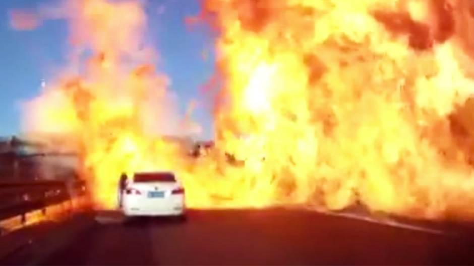 Schock auf Autobahn: Großbrand ausgelöst: Tanklaster mit Flüssiggas verunglückt