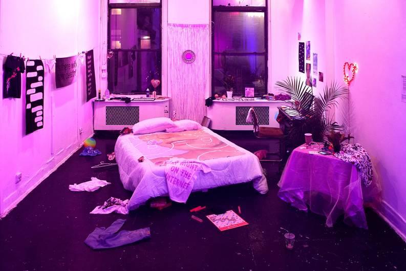 """""""Slide to Expose"""" ist eine Augmented Reality-Installation von den Künstlern Molly Soda, Nicole Ruggiero und dem Berliner Künstlerkollektiv Refrakt. """"Wir wollen, dass die Betrachter herumschnüffeln und aktiv in die Privatsphäre der fiktiven Bewohnerin eindringen"""", sagt Nicole Ruggiero. """"Wir gelangen ständig in die privaten Räume anderer Leute – über Instagram, Snapchat oder Facebook, aber wenn man das im echten Leben macht, scheint es uns unheimlich."""""""