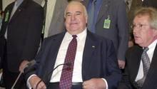 Alt-Kanzler Helmut Kohl (M.) sitzt im Juni 2000 am Zeugentisch vor dem Bundestags-Untersuchungsausschuss in Berlin