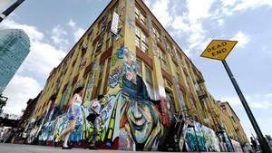 Das mit Graffiti bemalte Gebäude
