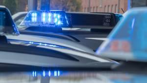 Das Blaulicht auf einem Polizeiauto ist aktiviert.