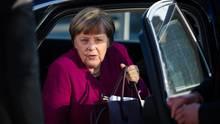 Angela Merkel steigt aus einem Auto