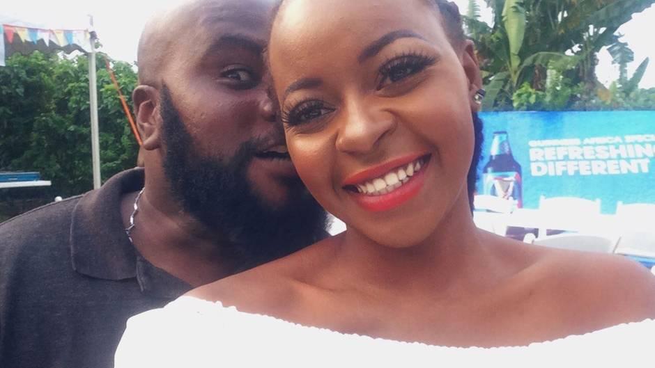 Ein Paar, was sich auf Twitter kennengelernt hat, macht ein Selfie