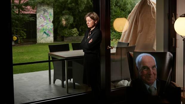 Überall im Haus hat sie Porträts von ihm aufgebaut, große und kleine