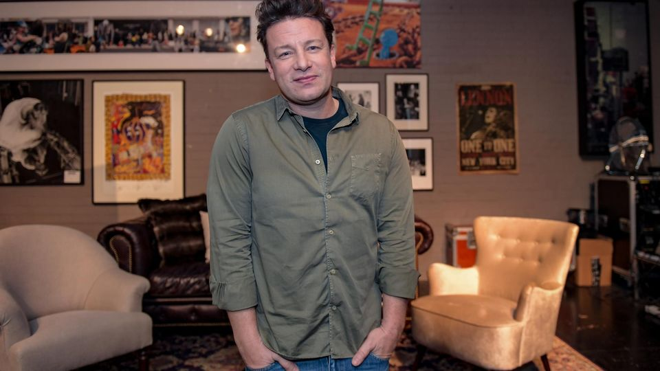 Jamie Oliver stellt in der One Kitchen Kochschule in Hamburg