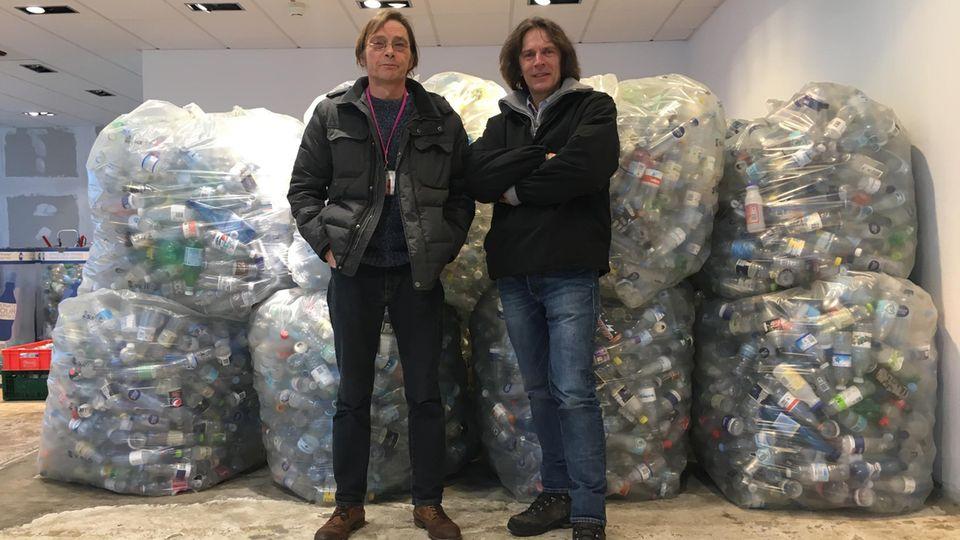Uwe Tröger (links) und Stephan Karrenbauer vor den gesammelten Pfandflaschen.