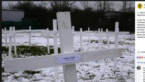 Kreuze auf dem Grundstück einer geplanten Moschee in Regensburg