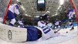 Voll geblockt: Der Torwart der slowakischen Eishockey-Mannschaft wehrt mit vollem Einsatz den Torschuss von US-Boy Chad Kolarik ab. Am Ende gewannen die Amerikaner das Spiel mit 2:1