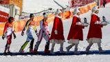 Gänsemarsch auf's Podium: Die drei Medaillengewinnerinnen im Frauen-Slalom, die Schweizerin Wendy Holdener (l., Silber), die Schwedin Frida Hansdotter (Gold) und die Österreicherin Katharina Gallhuber (Bronze) spazieren hinter den Südkoreanerinnen her, die in einer ersten Zeremonie nach dem Wettkampf den Olympia-Tiger verleihen. Die Medaillenvergabe erfolgt dann später auf dem Olympic Plaza.