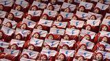 Roter Block: Die Cheerleader aus Nordkorea gehören mit ihren skurrilen Auftritten definitiv zu den Stars in Pyeongchang. Hier unterstützen sie das nordkoreanische Eiskunstlauf-Paar
