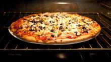 Eine Fertigpizza im Backofen