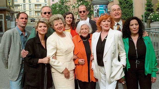 Viele Schauspieler der Serie sind seit mehr als 30 Jahren dabei, etwa Marie-Luise Marjan als Helga Beimer (4. v. l.)