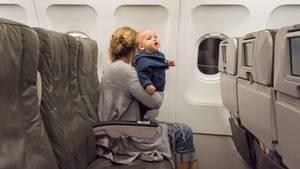 Baby und Mutter im Flugzeug