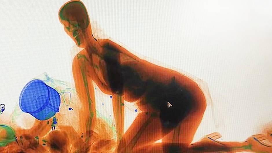 Paranoia bei der Sicherheitskontrolle: Frau klettert auf High Heels in Gepäck-Scanner