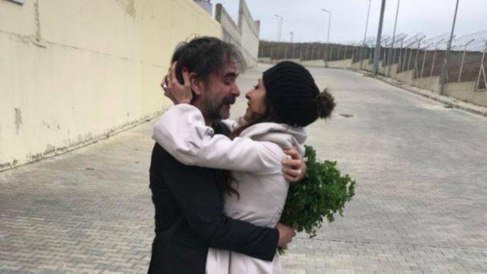 Deniz Yücel umarmt nach seiner Freilassung seine Frau
