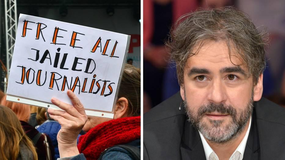 """Ein Plakat mit der Aufschrift """"Free all jailed Journalists"""" und Deniz Yücel"""