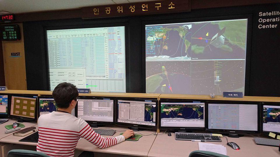 Mini-Kontrollraum an der Universität, dem Korean Advanced Institute of Science and Technology (KAIST): im Satellite Technology Research Center.