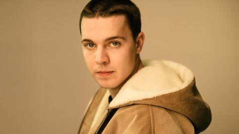 Der DJ Felix Jaehn auf einem offiziellen Pressefoto mit kurzen Haaren