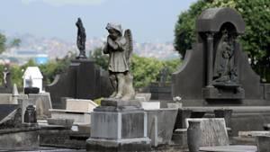 Ein Engel aus Stein steht auf einem Grab auf einem Friedhof in Brasilien.