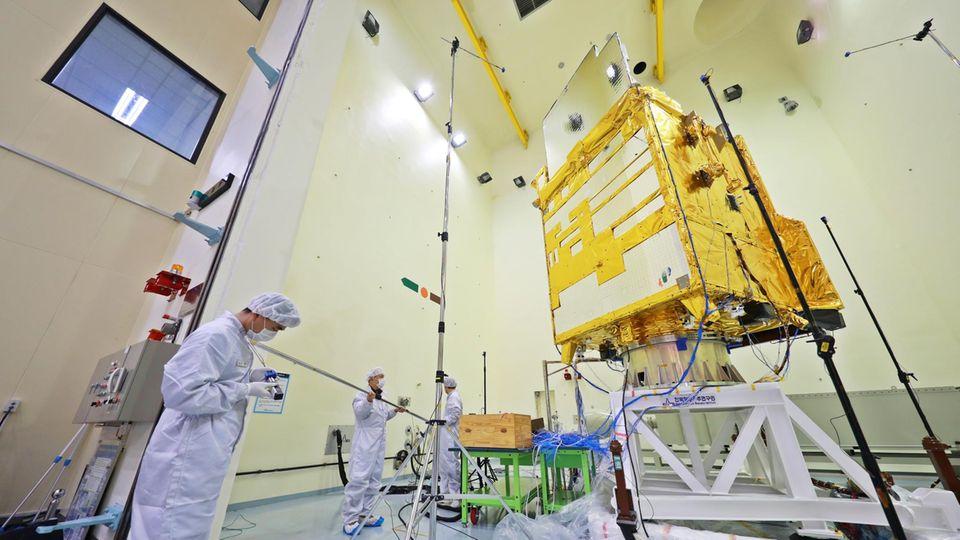 Satellitenproduktion und Testing am Korea Aerospace Research Institute (KARI).