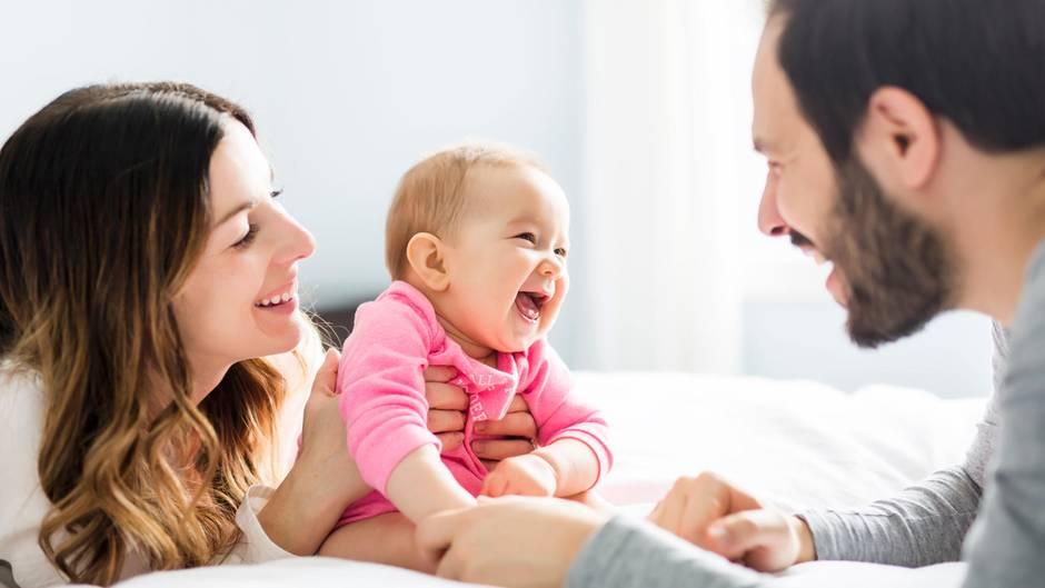 Ein Baby lacht seinen Vater an
