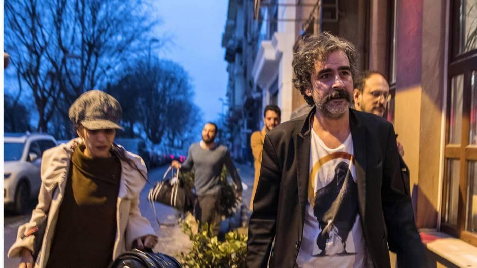 """Kurz nach seiner Freilassung geht der """"Welt""""-Korrespondent Deniz Yücel mit seiner Frau durch Istanbul"""