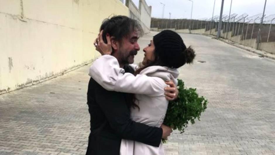 Freigelassener deutsch-türkischer Journalist: Warum hält Deniz Yücel bei seiner Freilassung einen Bund Petersilie in der Hand?