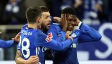 Drei Spieler des FC Schalke jubeln gemeinsam über das Tor von Breel Embolo, der sich dabei die Ohren zuhält