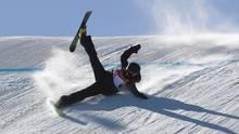 Rutschpartie: Das schmerzt. Ski-Freestylerin Kea Kühnel stürzt im ersten Qualifikationsdurchgang nach einem Sprung und rutscht akrobatisch den Hang hinab. Im zweiten Durchgang kam sie auf Platz 18 und somit nicht ins Finale. Und das schmerzt Kühnel wahrscheinlich mehr als die verpatzte Landung.