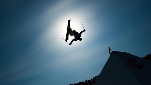 Schwerelos: Wie ein Schattenriss am Himmel stehtBenoit Buratti in der Luft. Doch das scheint nur so. Denn selbstverständlich verdunkelte der französische Ski-Freestyler nur einen Sekundenbruchteil die Sonne. Beeindruckend sind die artistischen Fähigkeiten der Freestyler so oder so.