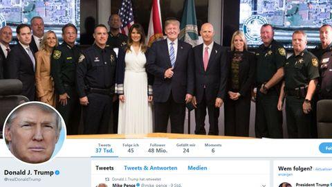 Donald Trump mit einigen der Einsatzkräfte des Amoklaufs von Florida. Seine Pose sorgt für Diskussionen in den USA.
