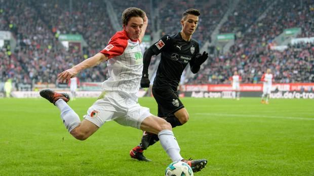 Raphael Framberger von Augsburg (l.) und Erik Thommy von Stuttgart kämpfen um den Ball