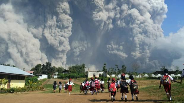 Der ausbrechende Vulkan Sinabung in Indonesien