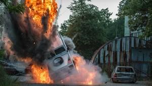 Ein Auto explodiert mitten auf der Straße