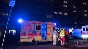 Brandserie in Berliner Hochhaus: Feuerwehrmänner im Einsatz am Tatort
