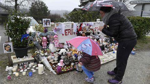 Eine Mutter und Tochter stehen vor einer Gedenkstätte für Maelys de Araujo.