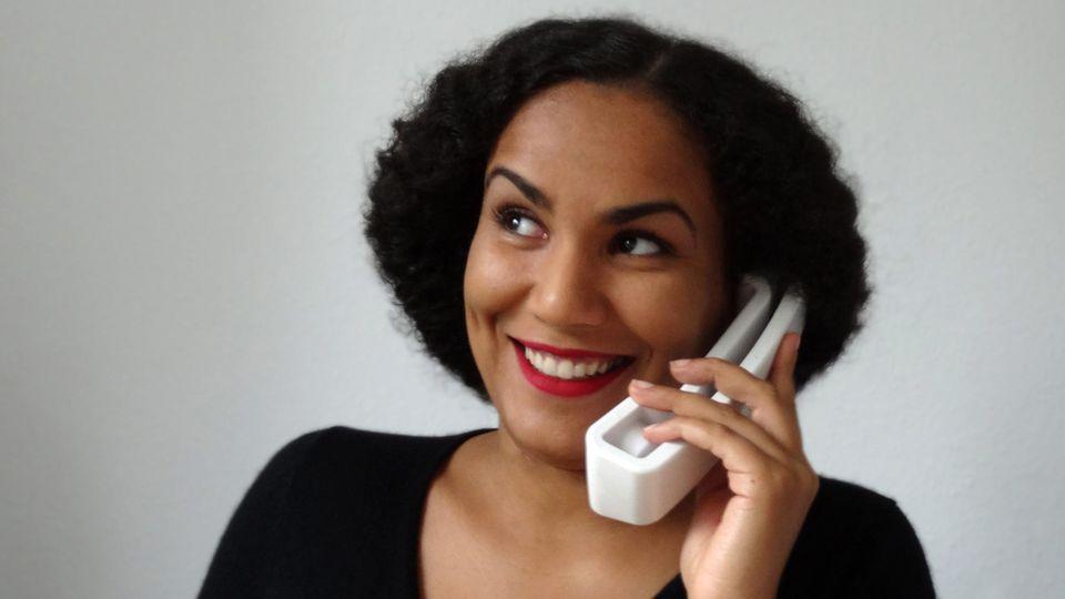 Josefa Nereus telefoniert