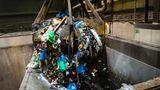 Greifer schaufelt Müll in den Ofen