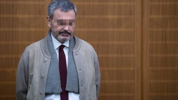 Ausonius steht vor Gericht. Er könnte ein Sachbearbeiter sein. Dabei ist er ein Mörder.